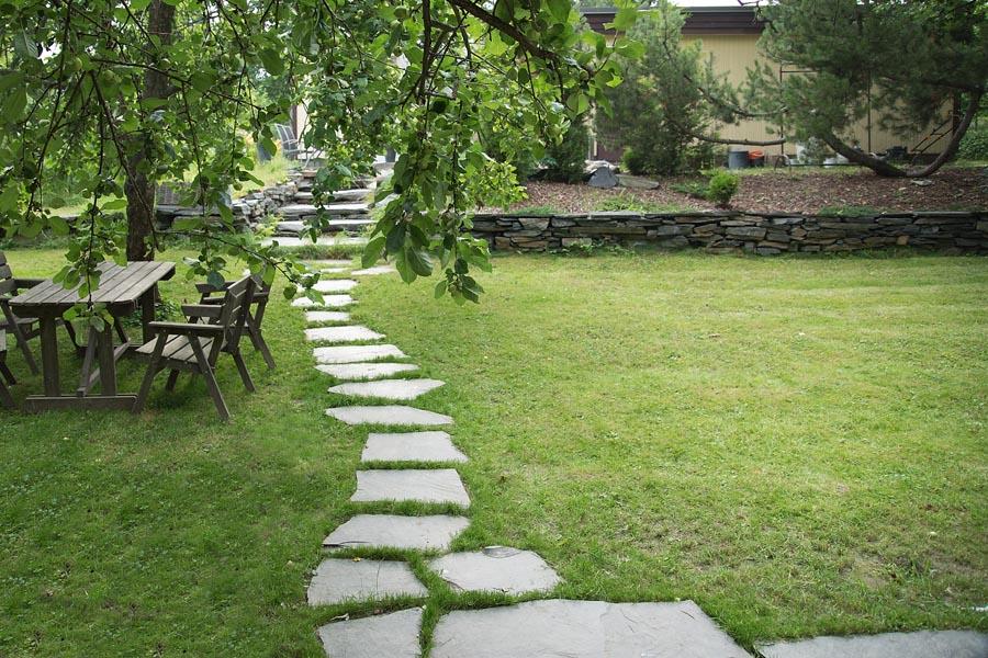 Liuskekivipolku nurmikkoon